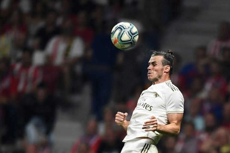 Bale lucha un balón de cabeza en el derbi madrileño en el Wanda Metropolitano. EFE
