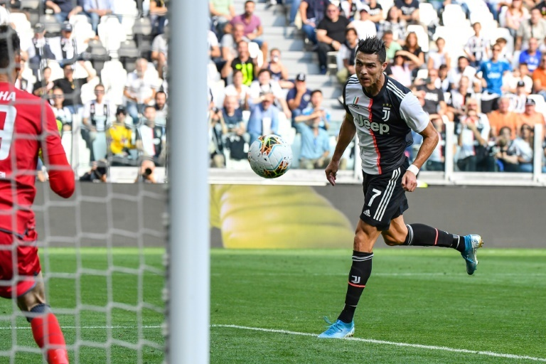 Cristiano Ronaldo remata un balón con la Juventus.