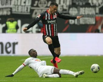 Filip Kostic se quedó en el Eintracht, y eso traerá cola. AFP/Archivo