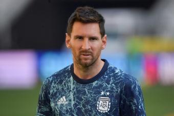 Técnico do Lyon falou sobre as técnicas para frear Messi. AFP