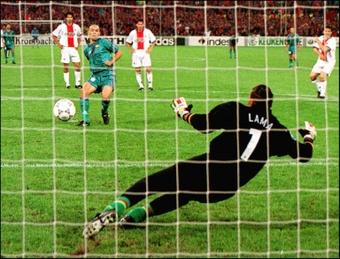 Ronaldo solo duró siete meses en el Barça. AFP