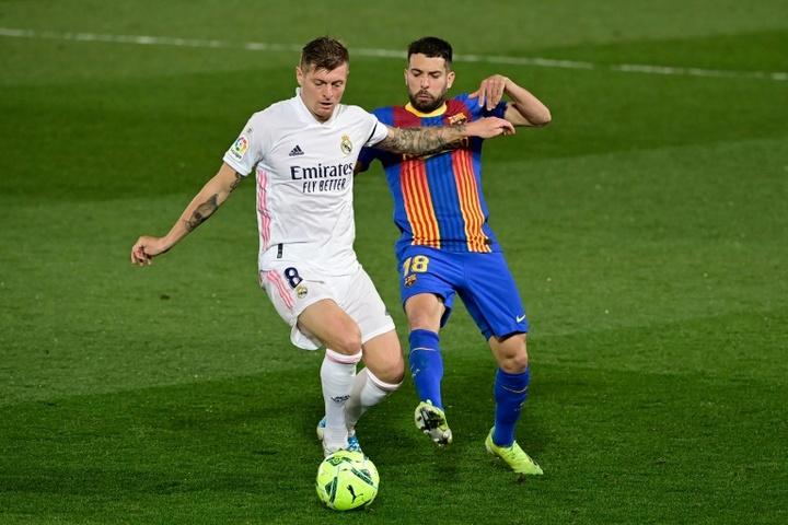 Busquets y Jordi Alba también se bajan el sueldo para inscribir a Agüero. AFP
