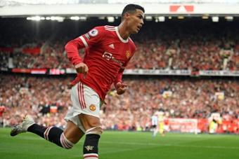 Cristiano Ronaldo alcança Casillas. AFP