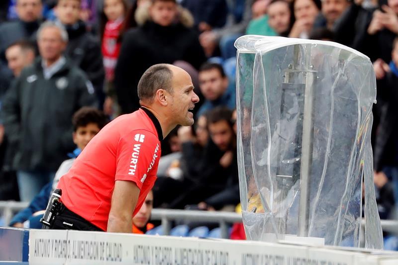 Mateu Lahoz revisa una jugada en el VAR.