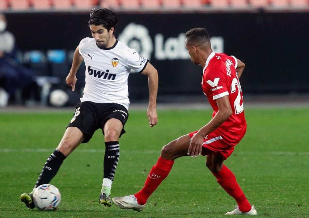 Liverpool are interested in Carlos Soler. EFE