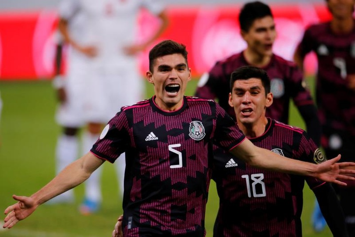 Vásquez se entrenó con el Genoa y podría debutar frente al 'Chucky' Lozano. EFE