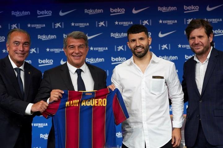 El Barça inscribirá al Kun gracias a las rebajas salariales de sus capitanes. EFE