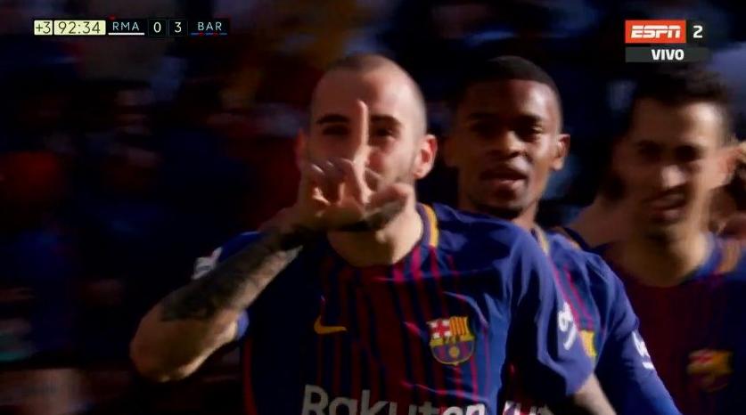 Súper crack: Messi asistió descalzo a un compañero