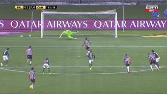 Hulk quiso asegurar el penalti y el palo le negó el gol. Captura/ESPN
