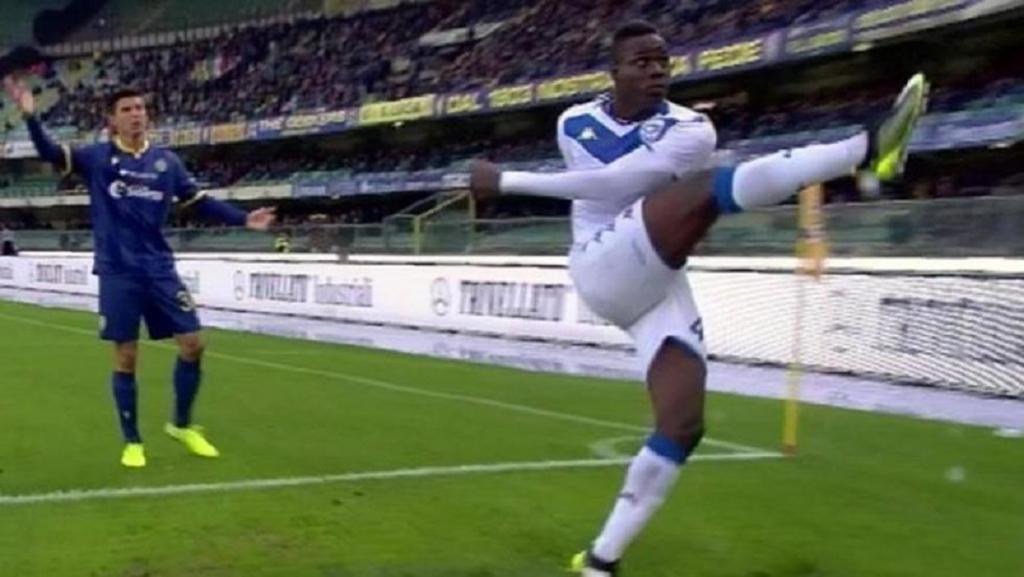 Balotelli actúa contra cánticos racistas