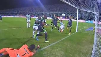 ¡Camacho falló bajo palos un gol en el que solo tenía que empujar! Captura/WinSports