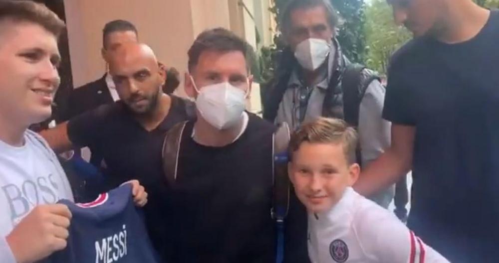 Messi a signé des autographes à quelques supporteurs parisiens. Capture/SC_ESPN