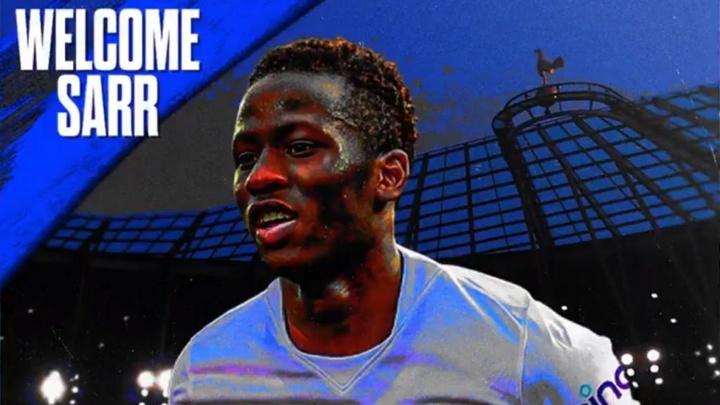 Sarr chega ao Tottenham. Twitter/SpursOfficial