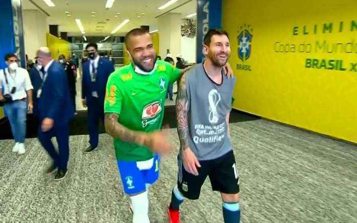 O reencontro entre Daniel Alves e Leo Messi. Captura/beINSports