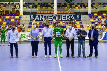 El BeSoccer CD UMA Antequera levanta el Trofeo Diputación ante su gente. BeSoccerCDUMAAntequera
