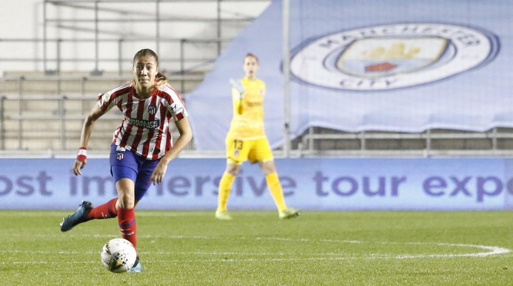 Laia recibe un balón ante el Manchester City.