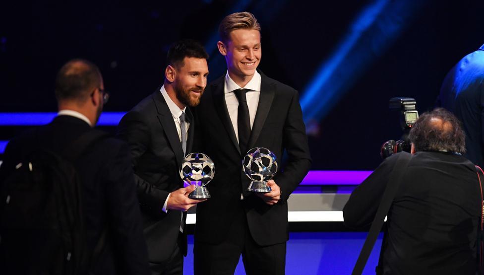 Leo Messi y Frenkie de Jong posan en la gala 'The Best' de la FIFA.