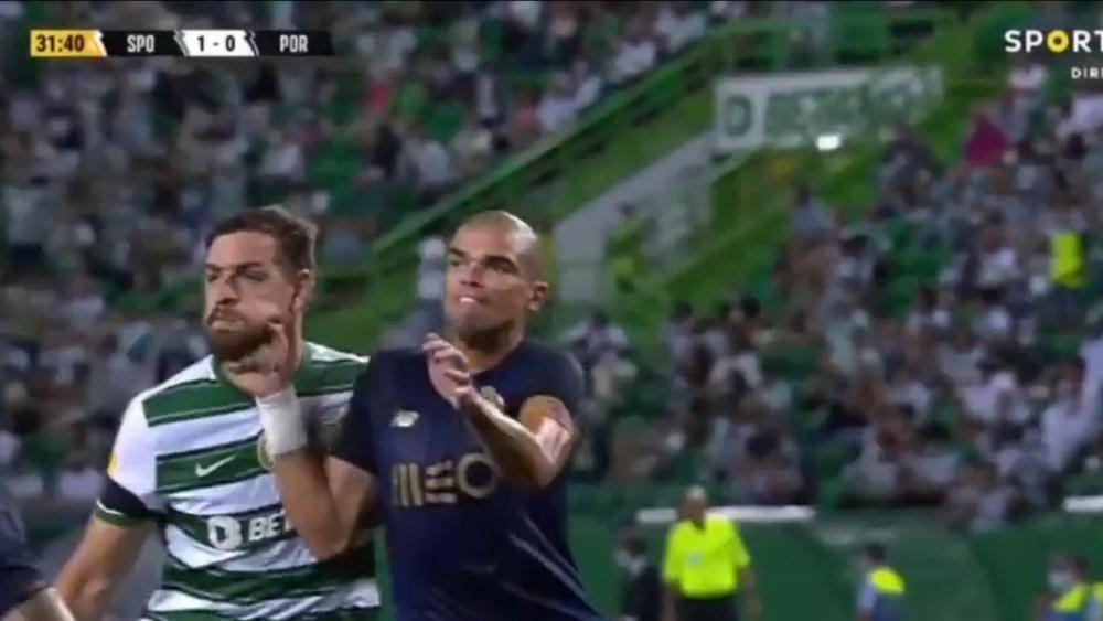 Pepe deu um murro a Coates e nem falta foi marcada.Captura/SportTV