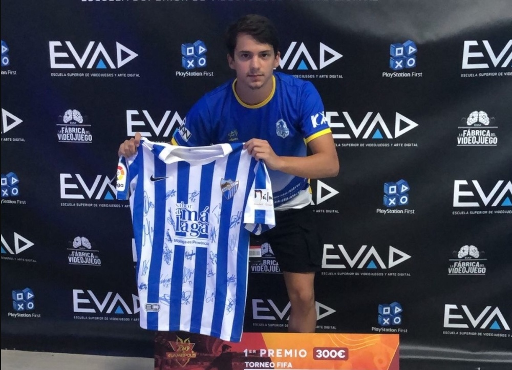 Rodrigo posando con la camiseta del Málaga CF. Captura Twitter/Trisium