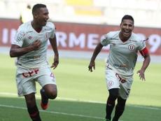 Adán Balbín celebra un tanto con  Universitario de Deportes junto a su compañero de equipo. AgenciaAndina