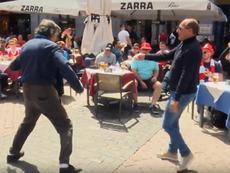 La afición del Arsenal insultó y humilló a los mendigos de la Plaza Mayor de Madrid. Captura