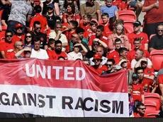 Aficionados del Manchester United desplegan una pancarta para apoyar a Paul Pogba. Captura/DAZN