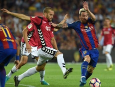 El jugador del Alavés se hizo mucho daño en un choque con Guidetti. AFP
