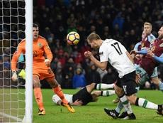 Mané y Klavan colaboraron en la victoria del Liverpool. AFP
