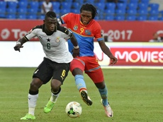 Mbokani, a la derecha, vuelve a Bélgica. AFP