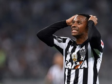 Saiba se a contratação de Robinho ainda pode ser cancelada. AFP