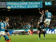 Napoli está agora a quatro pontos da Juventus.EFE