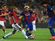 Barcelona y Alavés pugnan por el título. AFP