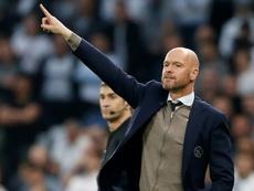 Ten Hag foi escolhido melhor treinador da temporada. AFP