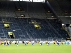 Les joueurs de Dortmund et du Hertha posent le genou à terre. afp