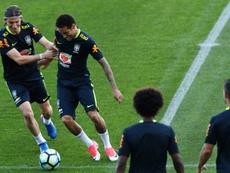 Filipe Luis espera que Neymar acabe en el FC Barcelona. AFP