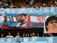 Maradona, rendido a Menoti. AFP