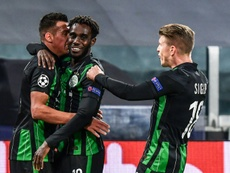 Myrto Uzuni (i) celebró su gol como Cristiano, a quien pidió la camiseta al final. AFP