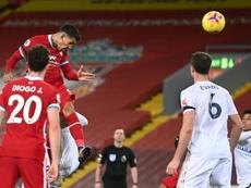 De cabeça, Firmino marcou o terceiro gol do Liverpool contra o Leicester. AFP