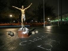 Ataque macabro à estátua de Ibrahimovic. AFP