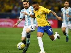 La huella de dos referentes del fútbol sudamericano. AFP