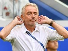 Van Marwijk, pasado, presente y futuro en el mismo partido. AFP