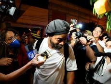 Ronaldinho apenas dijo una frase a su llegada al hotel. AFP