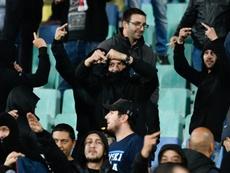 Los aficionados entonaron cánticos racistas. AFP