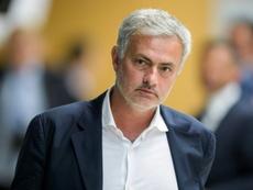 Mourinho saludó a todos los miembros del banquillo del Stoke, pero no a Hughes. AFP