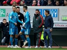 Neuer se lesionó tras golpear un balón. AFP