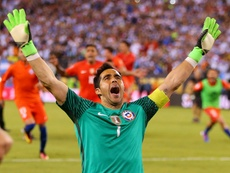 Claudio Bravo reveiled details about his absence from the Chilean side. AFP