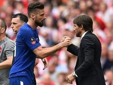 Conte pide a Giroud para ganar centímetros ofensivos. AFP