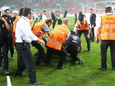 Los altercados llegaron hasta el campo. AFP
