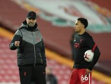 Klopp elogió a Alexander-Arnold por llegar a los 100 partidos con el Liverpool en Premier . AFP