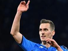 El Nápoles habría iniciado las conversaciones con el Arsenal para venderle a Milik. AFP
